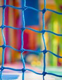 Blauwe netto close-up in kinderenspeelplaats Kleurrijk plastiek backgr stock foto