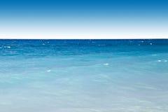 Blauwe oceaan en hemel