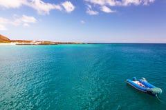 Blauwe Oceaan en Rubberboot royalty-vrije stock foto's