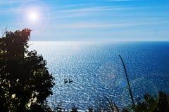 Blauwe Oceaan er heeft blauwe oceaan en blauwe hemel Stock Afbeelding