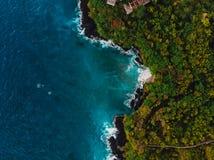 Blauwe oceaan in keerkringen met rotsachtige kustlijn Lucht Mening royalty-vrije stock afbeelding