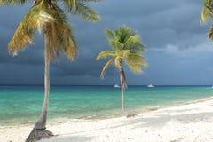 Blauwe oceaan vóór onweer Cuba Stock Foto's