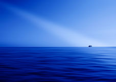 Blauwe oceaanhorizonstraal van lichte abstractie Stock Fotografie