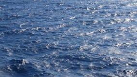 Blauwe oceaanoppervlakte met golven stock video