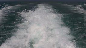 Blauwe oceaanzeewatergolf met snel het kielzogschuim van de jachtboot van steunwas stock video