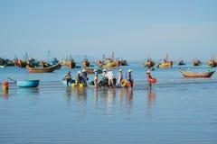 Blauwe ochtend in de haven van het visserijdorp van Mui Ne Zuid-Vietnam Royalty-vrije Stock Afbeeldingen