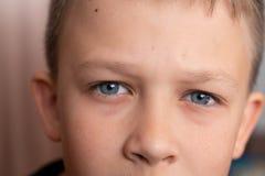 Blauwe ogen van het jongensclose-up Kinderen` s portret macrofoto's van ogen royalty-vrije stock foto