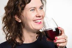 Blauwe ogenvrouw die een glas wijn drinken stock afbeeldingen