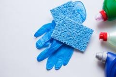 Blauwe onschadelijke sponsen voor wasschotels van cellulose met rubberhandschoenen en detergentia royalty-vrije stock afbeeldingen
