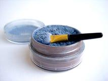 Blauwe oogschaduw en instrumenten geïsoleerdee borstel Royalty-vrije Stock Foto's