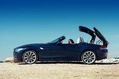Blauwe open tweepersoonsauto Royalty-vrije Stock Afbeelding