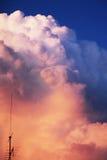 Blauwe oranje wolken in de avond - dramatisch licht stock afbeeldingen
