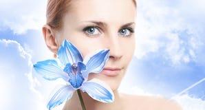 Blauwe orchidee en hemel royalty-vrije stock fotografie