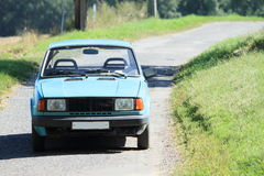 Blauwe oude auto Royalty-vrije Stock Foto's