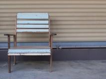 Blauwe oude houten stoel alleen tribune Stock Afbeelding