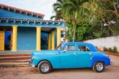 Blauwe oude klassieke Amerikaanse auto in Cuba stock foto's