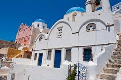Blauwe overkoepelde die kerk op het Eiland Santorini ook als Thera, Griekenland wordt bekend Stock Afbeelding