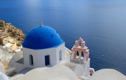 Blauwe Overkoepelde Kerk in Santorini - Griekenland Royalty-vrije Stock Afbeelding