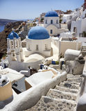 Blauwe overkoepelde kerken in Santorini, Griekenland Royalty-vrije Stock Afbeeldingen
