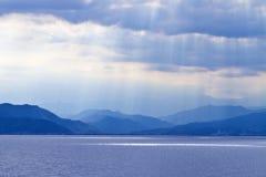 Blauwe overzees, bergen & wolken in hemel Royalty-vrije Stock Fotografie