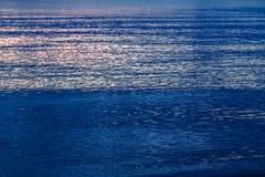 Blauwe overzees de gloed van de zon op de waterrust royalty-vrije stock afbeelding