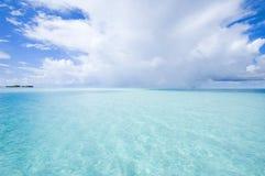 Blauwe overzees en aardige hemel Stock Foto