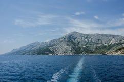 Blauwe overzees en berg royalty-vrije stock foto's