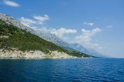 Blauwe overzees en berg stock afbeelding