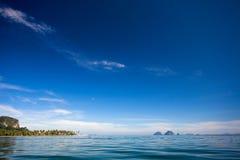 Blauwe overzees en blauwe hemel Stock Foto