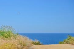 Blauwe overzees en blauwe hemel, het concept van de de zomervakantie Royalty-vrije Stock Afbeeldingen