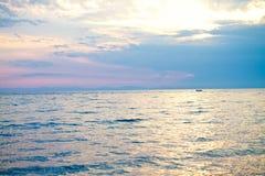 Blauwe overzees en Blauwe hemelachtergrond Stock Afbeelding