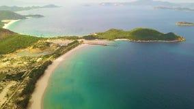 Blauwe overzees en groen eilanden luchtlandschap Mooie mening van boven vliegende hommel op overzeese baai, zandige strand en eil stock footage