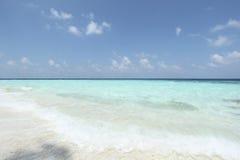 Blauwe overzees en hemel op het gebied van de Maldiven Stock Afbeelding
