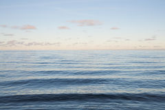 Blauwe overzees en kalme golven bij zonsondergang Stock Afbeeldingen