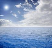 blauwe overzees en perfecte hemel Stock Foto's
