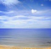 blauwe overzees en perfecte hemel Royalty-vrije Stock Fotografie