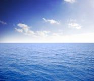 blauwe overzees en perfecte hemel Royalty-vrije Stock Afbeeldingen