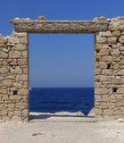 Blauwe overzees en ruïnes stock afbeeldingen