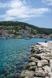 Blauwe overzees en stad stock foto