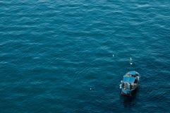 Blauwe overzees en vissersboot Stock Afbeelding