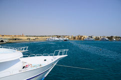 Blauwe overzees en witte schepen Royalty-vrije Stock Fotografie
