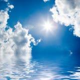Blauwe overzees en zonnige hemel Royalty-vrije Stock Afbeelding