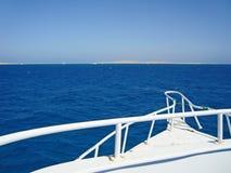 Blauwe overzees Foto's van de achtersteven van het jacht royalty-vrije stock afbeelding
