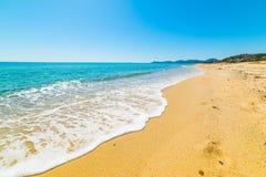 Blauwe overzees in het strand van Piscina Rei Royalty-vrije Stock Afbeeldingen