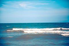 Blauwe overzees met duidelijke hemel | Mooie natuurlijke landschapsachtergrond | Oceaan en strand in Thailand Stock Afbeelding