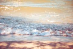 Blauwe overzees met duidelijke hemel | Mooie natuurlijke landschapsachtergrond | Oceaan en strand in Thailand Stock Foto's
