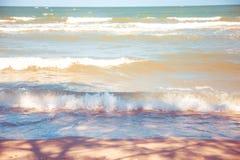 Blauwe overzees met duidelijke hemel | Mooie natuurlijke landschapsachtergrond | Oceaan en strand in Thailand Royalty-vrije Stock Fotografie