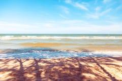 Blauwe overzees met duidelijke hemel | Mooie natuurlijke landschapsachtergrond | Oceaan en strand in Thailand Royalty-vrije Stock Afbeeldingen