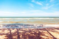Blauwe overzees met duidelijke hemel | Mooie natuurlijke landschapsachtergrond | Oceaan en strand in Thailand Stock Fotografie
