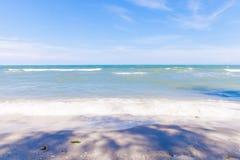 Blauwe overzees met duidelijke hemel | Mooie natuurlijke landschapsachtergrond | Oceaan en strand in Thailand Royalty-vrije Stock Foto's